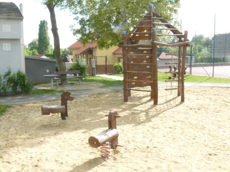 Foto herních prvků na dětském hřišti u OU 2