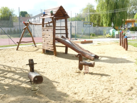 Foto herních prvků na dětském hřišti u OU 4