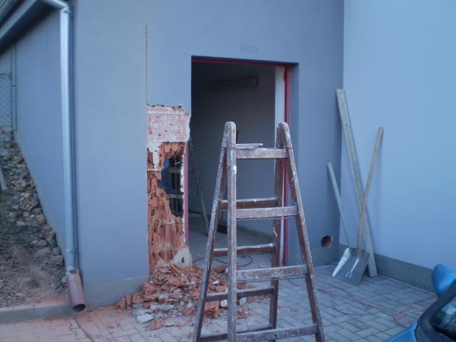 vybourání stavajících dveří
