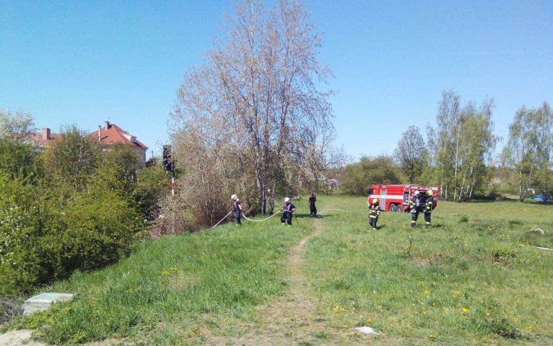 Požár – tráva u kolejí, Kladno,Štěchova ul.