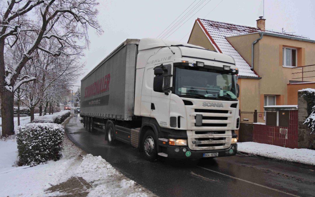 Proč stále jezdí kamiony v obcích?